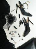 万圣夜党女性成套装备汇集辅助部件在白色背景,鞋子,布料,首饰,袋子,有面纱的帽子染黑 库存图片