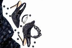 万圣夜党女性汇集辅助部件在白色背景,鞋子,与头骨的布料,首饰染黑 平的位置,顶视图, 免版税库存图片