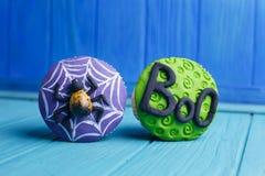 万圣夜党甜点 与蜘蛛的可口万圣夜杯形蛋糕 库存图片