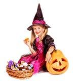 万圣夜党的巫婆孩子。 免版税库存图片