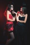 万圣夜党2016年!时尚妇女喜欢拿着鸡尾酒的巫婆 免版税图库摄影