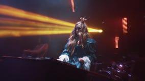万圣夜公主的妇女DJ打扮并且面对在转盘的油漆混合的音乐 股票视频