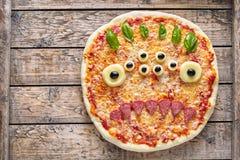 万圣夜创造性的可怕食物妖怪蛇神面孔用眼睛薄饼快餐无盐干酪、蓬蒿和香肠 库存图片