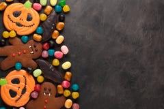 万圣夜南瓜、棒和姜饼人吸血鬼曲奇饼和五颜六色的糖果顶上的射击与拷贝空间 免版税库存照片
