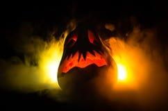 万圣夜南瓜为党夜微笑和scrary眼睛 关闭可怕万圣夜南瓜看法与发光里面在bla的眼睛的 免版税库存照片