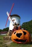 万圣夜南瓜和风车在农场 库存照片