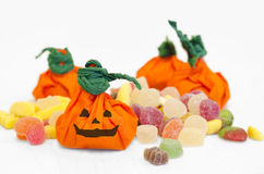 万圣夜南瓜用糖果。 橙色南瓜。 免版税库存照片
