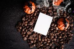万圣夜南瓜装饰用咖啡豆 免版税图库摄影