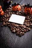 万圣夜南瓜装饰用咖啡豆 库存照片