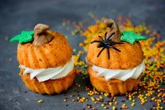 万圣夜南瓜食谱-以pumpk的形式橙色杯形蛋糕 免版税库存图片