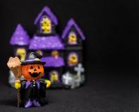 万圣夜南瓜黑背景的鬼魂房子 免版税库存照片