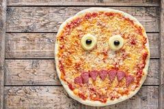万圣夜可怕食物滑稽的妖怪面孔薄饼恐怖快餐用无盐干酪 免版税图库摄影