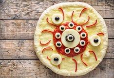 万圣夜可怕食物滑稽的眼睛妖怪薄饼恐怖快餐用无盐干酪 库存照片