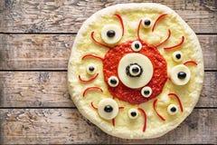 万圣夜可怕食物滑稽的眼睛妖怪薄饼恐怖用无盐干酪和蕃茄 图库摄影