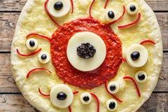 万圣夜可怕食物滑稽的眼睛妖怪薄饼用无盐干酪和西红柿酱 免版税图库摄影