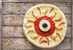 万圣夜可怕食物滑稽的素食妖怪眼睛薄饼用无盐干酪 免版税库存图片