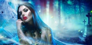 万圣夜吸血鬼妇女画象 免版税图库摄影