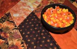万圣夜在碗的糖味玉米特写镜头  免版税库存图片