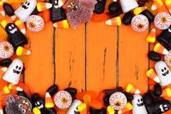 万圣夜在老橙色木头的糖果框架 免版税库存照片