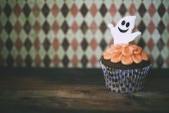 万圣夜在黑暗的背景的设计杯形蛋糕 免版税库存照片