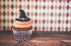 万圣夜在黑暗的背景的设计杯形蛋糕 库存照片