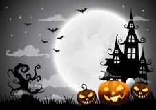 万圣夜夜背景用南瓜、被困扰的房子和满月 免版税库存图片