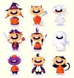 万圣夜套五颜六色的服装的逗人喜爱的动画片孩子 免版税库存照片