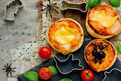 万圣夜孩子的快餐薄饼装饰了乳酪和橄榄 库存图片