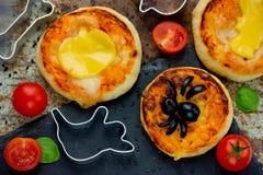 万圣夜孩子的食物想法集会-薄饼用蕃茄乳酪o 免版税库存图片