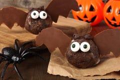万圣夜巧克力多福饼与装饰的孔棒 免版税库存图片