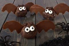 万圣夜巧克力多福饼孔击反对黑暗的木头 免版税库存图片