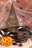 万圣夜巫婆手和鼠在沙子 图库摄影