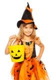万圣夜巫婆礼服的小女孩 免版税库存照片