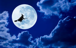 万圣夜巫婆飞行月亮天空 免版税图库摄影