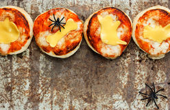 万圣夜快餐-薄饼用西红柿酱和乳酪在老阶 免版税图库摄影