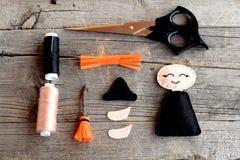 万圣夜感觉巫婆细节,剪刀,螺纹,在木背景的针 制作手工制造 步骤 顶视图 免版税库存图片