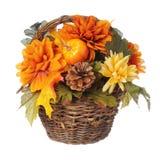 万圣夜或感恩花束用南瓜和秋天在篮子开花,被隔绝 库存照片