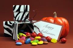 万圣夜把戏或款待黑白斑马糖果箱子 免版税库存图片
