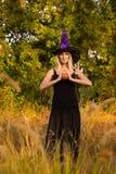 万圣夜服装实践的瑜伽的愉快的女孩 免版税图库摄影