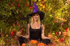 万圣夜服装实践的瑜伽的愉快的妇女 免版税库存照片