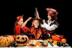 万圣夜服装的孩子有甜点的 免版税图库摄影