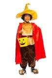 万圣夜服装的男孩有糖果桶的 免版税库存照片