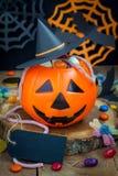 万圣夜杰克o溢出用糖果,拷贝空间的灯笼桶 免版税库存图片