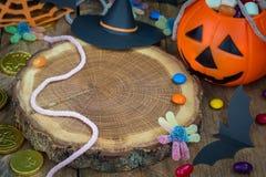 万圣夜杰克o溢出用糖果,鬼的装饰的灯笼桶,水平,复制空间 图库摄影