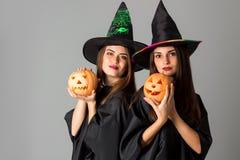 万圣夜样式衣裳的两个快乐的女孩 免版税库存图片