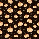 万圣夜样式 在黑背景的疯狂的万圣夜无缝的样式用明亮的南瓜和黑剪影棒 库存例证