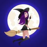 万圣夜概念,在笤帚的性感的巫婆飞行在满月光背景 免版税库存图片