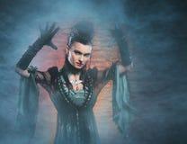 万圣夜概念:年轻和性感的夫人吸血鬼 免版税库存照片
