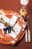 万圣夜橙色圆点和条纹饭桌设置。空中垂直。 免版税库存图片