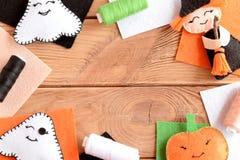 万圣夜毛毡工艺点缀 混杂的万圣夜装饰品,色的毛毡在与拷贝空间的木桌上覆盖文本的 免版税库存照片